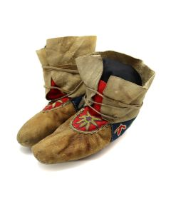 """Athabaskan Leather, Trade Cloth, and Beaded Moccasins c. 1890-1900s, 6.75"""" x 9.5"""" (DW92323A-0421-001)"""