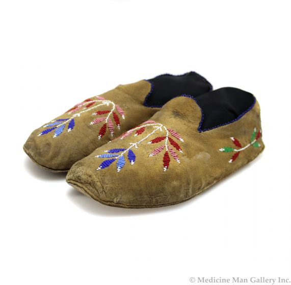 """Sauntee Sioux Leather Beaded Moccasins with Floral Design c. 1890s, 3.5"""" x 9.5"""" x 3.75"""" (DW92323A-0421-013)"""